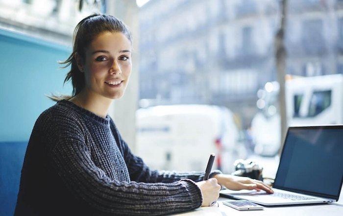 Studentin beim Lernen am Laptop